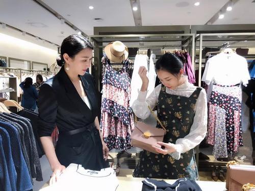 陪购师找出最适合客户的服装